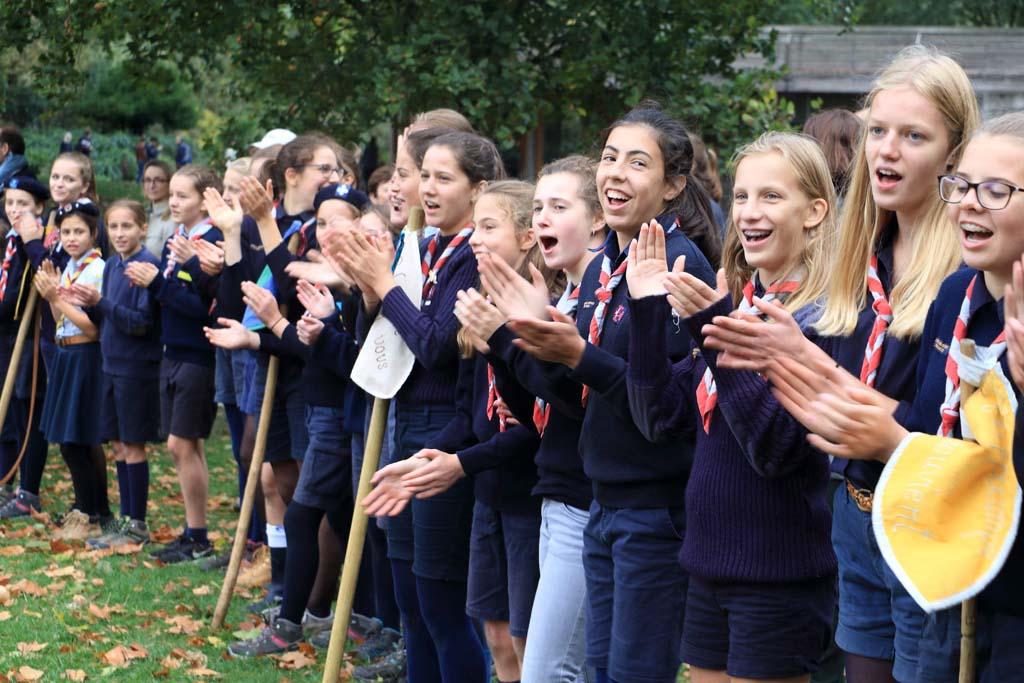 Guides ban chants
